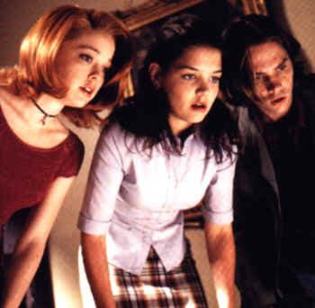 Die drei Teenager blicken hinunter...