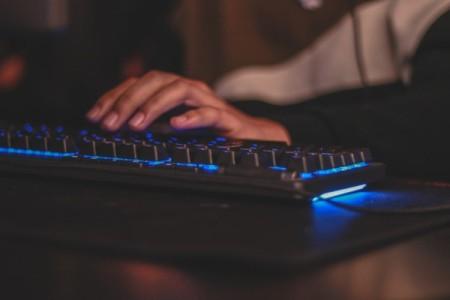 Hand an der Tastatur