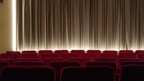 Kinosaal aus der hinteren Reihe betrachtet